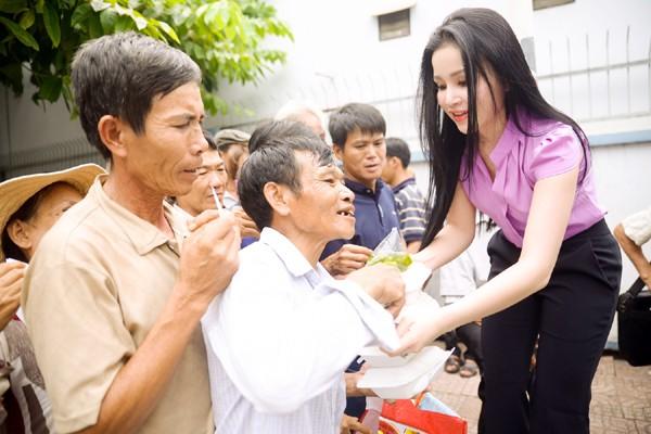 Người đẹp Janny Thủy Trần mướt mồ hôi trao cơm từ thiện ảnh 4