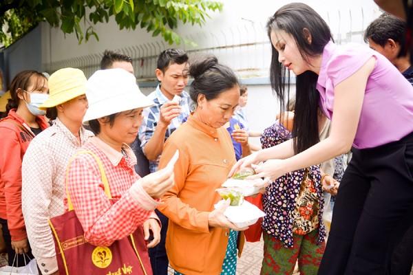 Người đẹp Janny Thủy Trần mướt mồ hôi trao cơm từ thiện ảnh 6