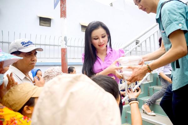 Người đẹp Janny Thủy Trần mướt mồ hôi trao cơm từ thiện ảnh 3