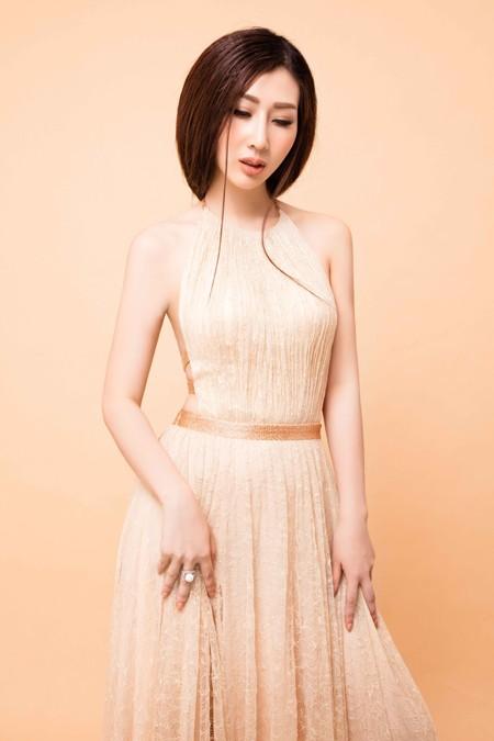 """Hoa hậu điện ảnh Thanh Mai hút ánh nhìn với đầm """"xẻ trên xẻ dưới"""" ảnh 4"""