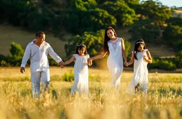 Người mẫu Thuý Hạnh khoe ảnh gia đình hạnh phúc ở Mỹ