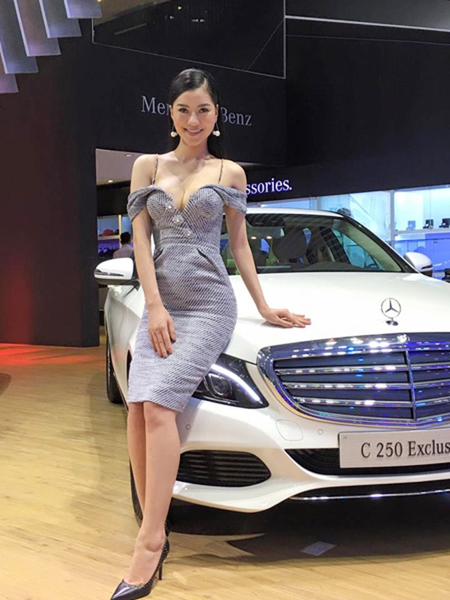 """Dàn mỹ nữ của """"bà trùm"""" Hạ Vy khoe sắc tại triển lãm ô tô quốc tế"""
