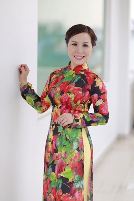 Nữ hoàng Kim Chi đẹp lạ với áo dài họa tiết lá thu ảnh 3