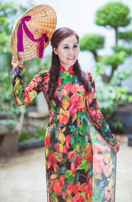 Nữ hoàng Kim Chi đẹp lạ với áo dài họa tiết lá thu ảnh 6