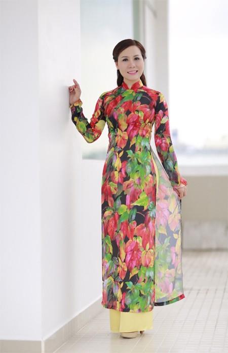 Nữ hoàng Kim Chi đẹp lạ với áo dài họa tiết lá thu ảnh 4
