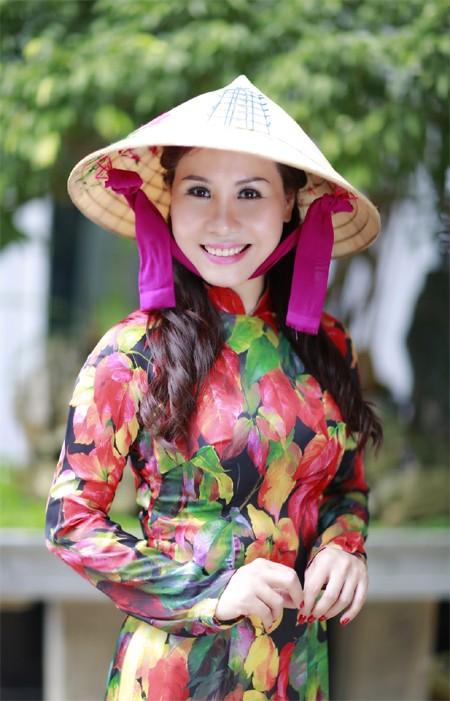Nữ hoàng Kim Chi đẹp lạ với áo dài họa tiết lá thu ảnh 7