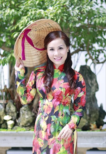 Nữ hoàng Kim Chi đẹp lạ với áo dài họa tiết lá thu ảnh 5