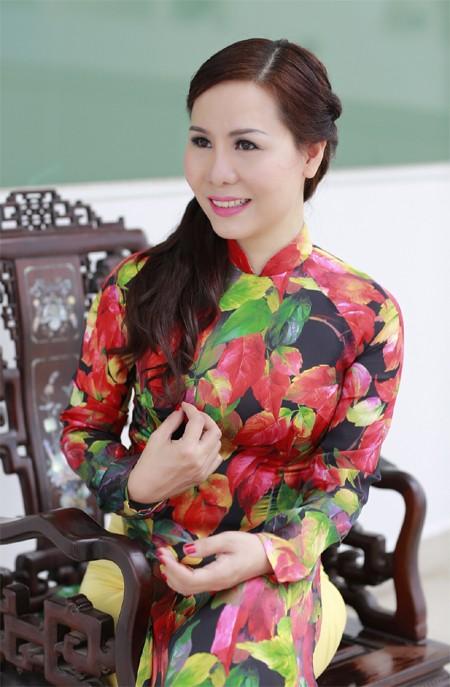 Nữ hoàng Kim Chi đẹp lạ với áo dài họa tiết lá thu ảnh 1