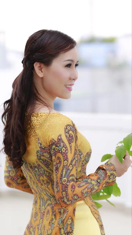 Nữ hoàng doanh nhân Kim Chi đẹp dịu dàng với áo dài ảnh 5