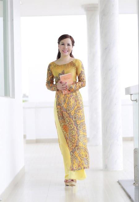 Nữ hoàng doanh nhân Kim Chi đẹp dịu dàng với áo dài ảnh 4
