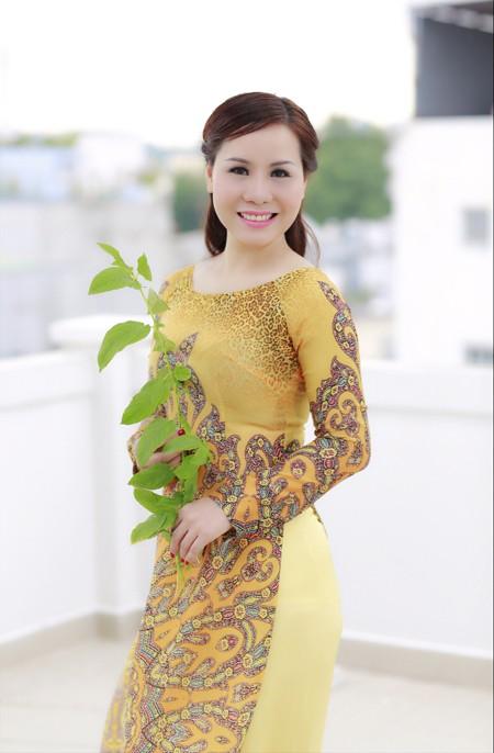 Nữ hoàng doanh nhân Kim Chi đẹp dịu dàng với áo dài ảnh 6