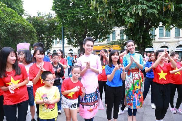 """Dàn Hoa hậu, Á hậu nhảy """"vì sự tử tế"""" bên cạnh Hồ Gươm"""