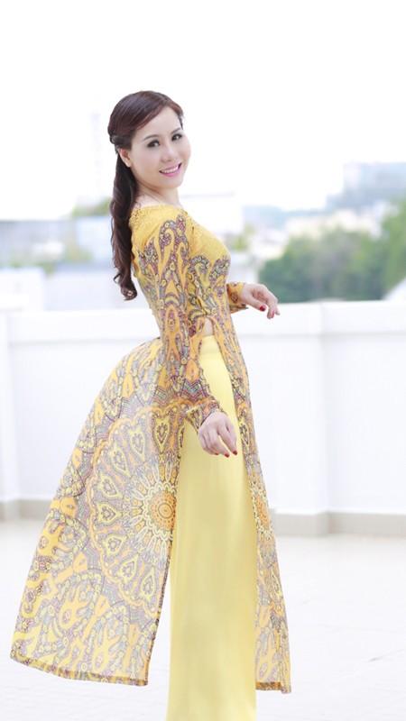 Nữ hoàng doanh nhân Kim Chi đẹp dịu dàng với áo dài ảnh 2