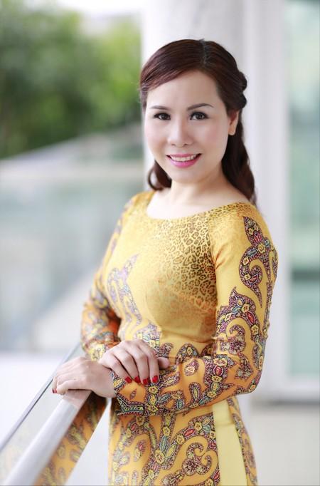 Nữ hoàng doanh nhân Kim Chi đẹp dịu dàng với áo dài ảnh 3