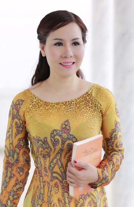 Nữ hoàng doanh nhân Kim Chi đẹp dịu dàng với áo dài ảnh 1