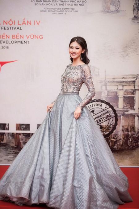 """Hoa hậu Mỹ Linh, Á hậu Thanh Tú mặc đồ đôi """"đọ sắc"""" hấp dẫn ảnh 5"""