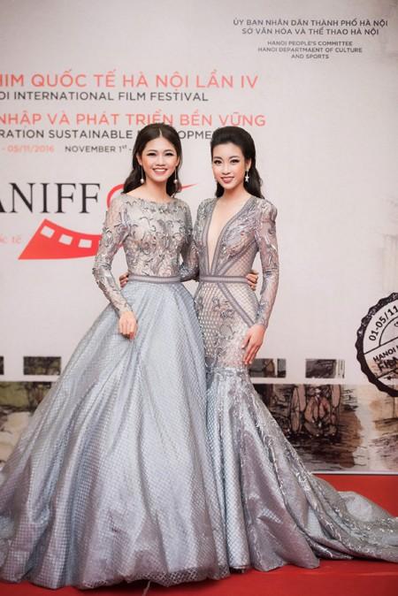 """Hoa hậu Mỹ Linh, Á hậu Thanh Tú mặc đồ đôi """"đọ sắc"""" hấp dẫn ảnh 2"""