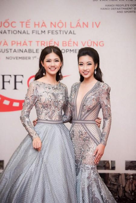 """Hoa hậu Mỹ Linh, Á hậu Thanh Tú mặc đồ đôi """"đọ sắc"""" hấp dẫn ảnh 1"""