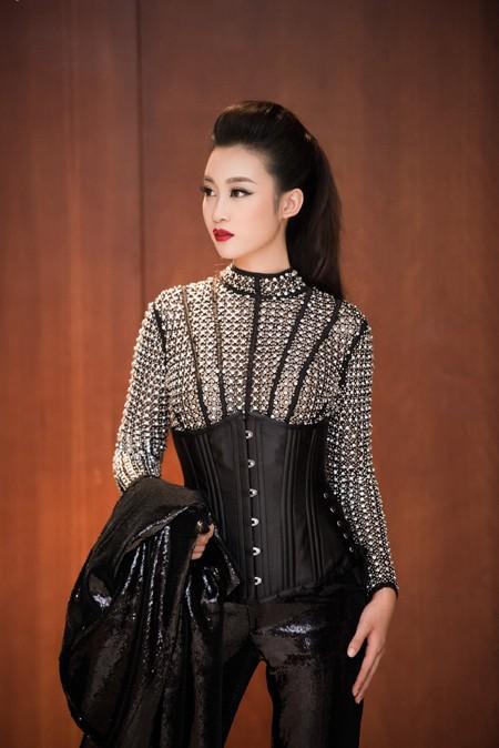 Choáng ngợp với phong cách thời trang ấn tượng của Hoa hậu Mỹ Linh tại VIFW 2016 ảnh 6