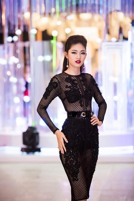 Choáng ngợp với phong cách thời trang ấn tượng của Hoa hậu Mỹ Linh tại VIFW 2016 ảnh 8