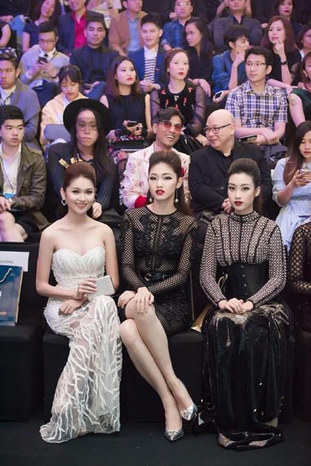 Choáng ngợp với phong cách thời trang ấn tượng của Hoa hậu Mỹ Linh tại VIFW 2016 ảnh 1