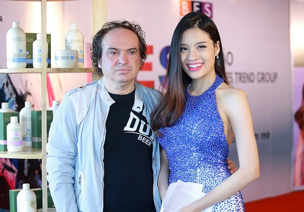 Phan Hoàng Thu chụp ảnh cùng nhà tạo mẫu tóc đến từ nước Ý.