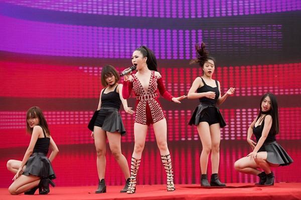 """Diện váy ngắn gợi cảm, Hương Tràm khiến khán giả Hà Nội """"đứng ngồi không yên"""""""