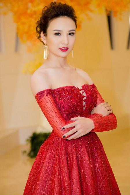 Hoa hậu Ngọc Diễm vai trần gợi cảm làm MC