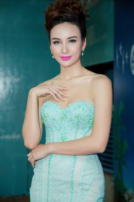 Hoa hậu Ngọc Diễm cùng dàn mỹ nhân đấu giá tặng sinh viên nghèo ảnh 2