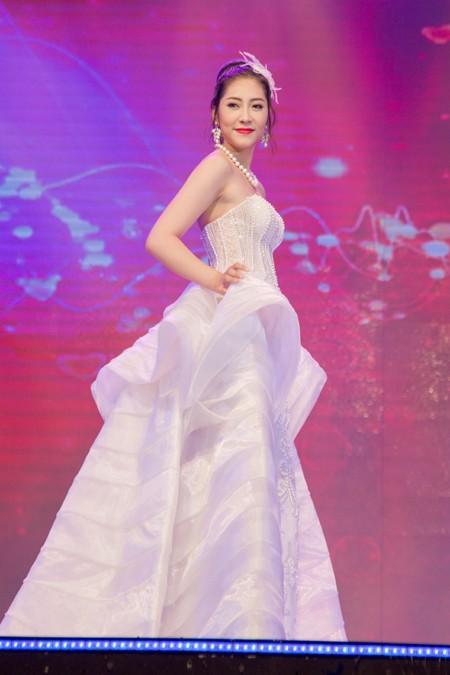 Hoa hậu Ngọc Diễm cùng dàn mỹ nhân đấu giá tặng sinh viên nghèo ảnh 7