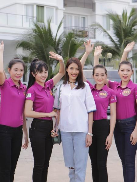 """Lan Khuê ăn mặc giản dị, thị phạm catwalk cho thí sinh """"Người đẹp xứ Dừa"""" ảnh 9"""