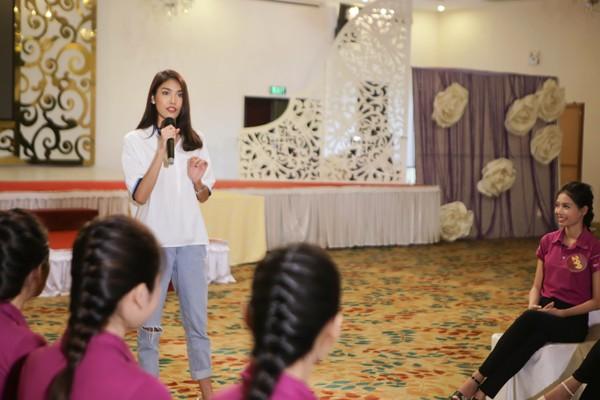 """Lan Khuê ăn mặc giản dị, thị phạm catwalk cho thí sinh """"Người đẹp xứ Dừa"""" ảnh 2"""
