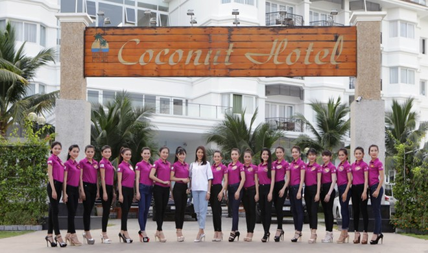 """Lan Khuê ăn mặc giản dị, thị phạm catwalk cho thí sinh """"Người đẹp xứ Dừa"""" ảnh 10"""