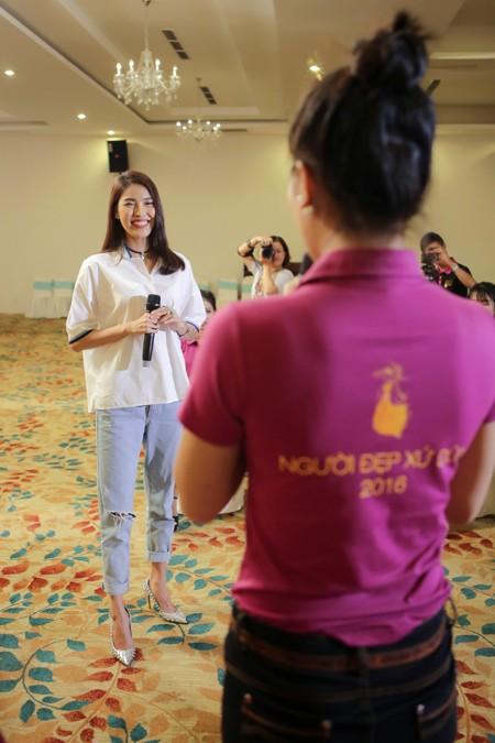 """Lan Khuê ăn mặc giản dị, thị phạm catwalk cho thí sinh """"Người đẹp xứ Dừa"""" ảnh 1"""