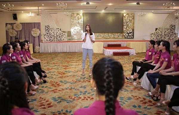 """Lan Khuê ăn mặc giản dị, thị phạm catwalk cho thí sinh """"Người đẹp xứ Dừa"""" ảnh 6"""