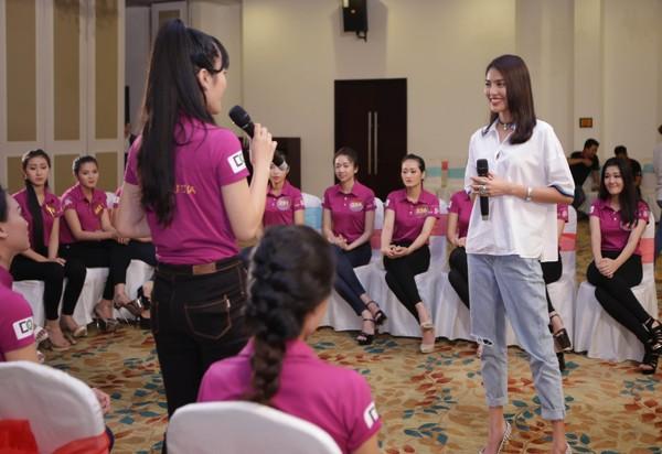"""Lan Khuê ăn mặc giản dị, thị phạm catwalk cho thí sinh """"Người đẹp xứ Dừa"""" ảnh 5"""