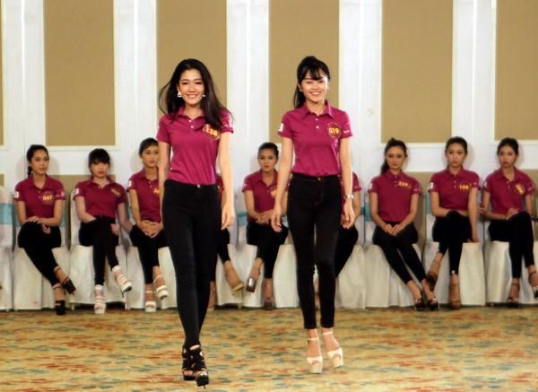 """Lan Khuê ăn mặc giản dị, thị phạm catwalk cho thí sinh """"Người đẹp xứ Dừa"""" ảnh 7"""