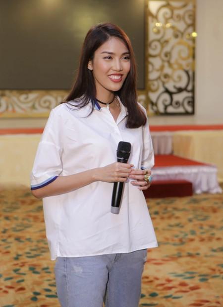 """Lan Khuê ăn mặc giản dị, thị phạm catwalk cho thí sinh """"Người đẹp xứ Dừa"""" ảnh 3"""