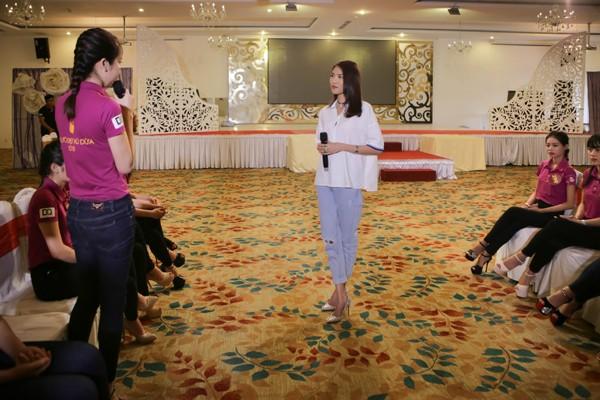 """Lan Khuê ăn mặc giản dị, thị phạm catwalk cho thí sinh """"Người đẹp xứ Dừa"""" ảnh 4"""
