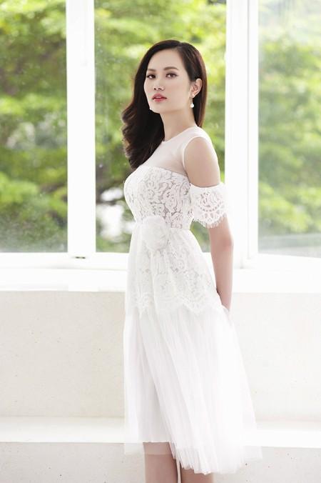 Hoa hậu Diệu Linh chia sẻ, cô yêu thích phong cách nhẹ nhàng, gợi cảm, nên lựa chọn những trang phục này rất phù hợp với cá tính của bản thân.
