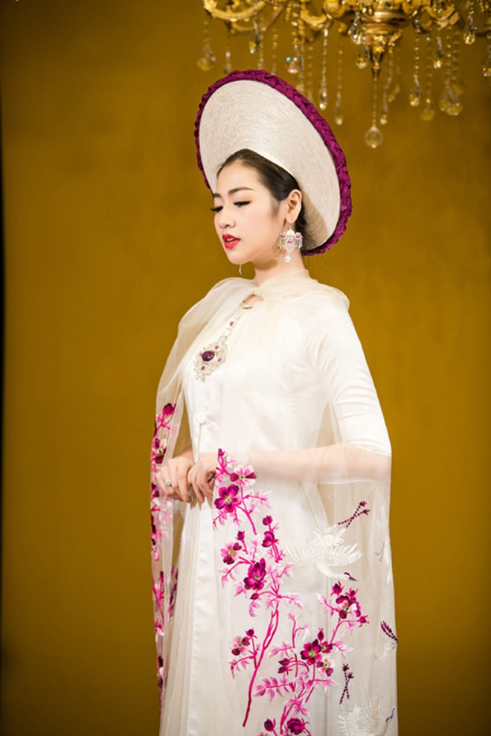 Á hậu Tú Anh lộng lẫy với áo dài của nghệ nhân Lan Hương