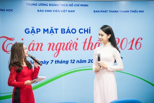 """""""Cô gái vàng"""" Hoa hậu Việt Nam """"hút mắt"""" với áo dài ảnh 3"""