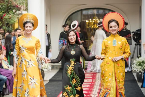 Hoa hậu Ngọc Hân tự tay dệt lụa tơ tằm