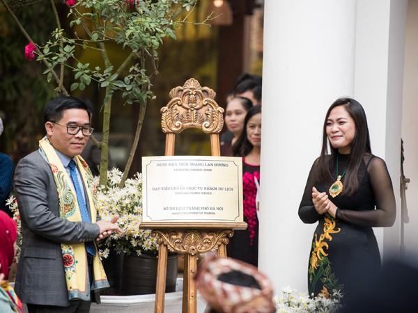 """Nhân dịp này, ông Đỗ Đình Hồng - Giám đốc Sở Du lịch Hà Nội cũng trao quyết định công nhận """"Cơ sở đạt chuẩn phục vụ khách du lịch"""" cho Ngôi nhà Thời trang Lan Hương - Lanhuong Fashion House."""