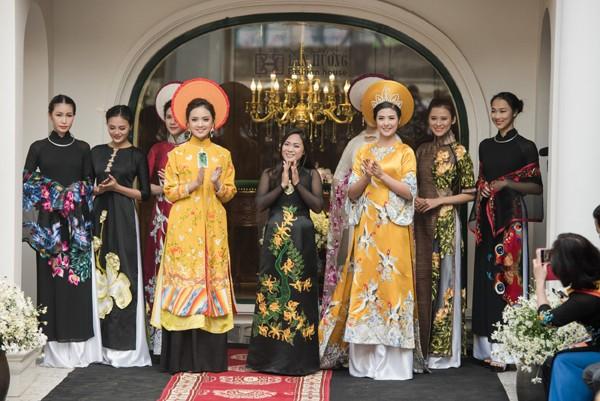 Trong chương trình, các đại biểu và du khách cũng được thưởng thức nhiều mẫu thiết kế độc đáo trong bộ sưu tập áo dài của nhà thiết kế Lan Hương.