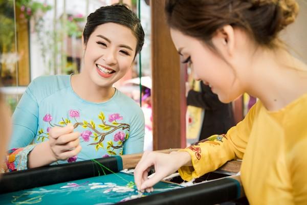 Với tư cách là nhà thiết kế, người đẹp cũng cho biết, mỗi công đoạn đều góp phần quan trọng trong việc làm nên một sản phẩm thời trang, đặc biệt là với tà áo dài truyền thống vốn chứa đựng nhiều tinh hoa văn hoá Việt Nam.