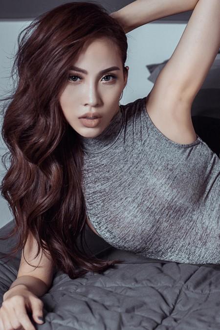 Với những đường cong được khai thác tối đa, siêu mẫu Trương Hằng cuốn hút mọi ánh nhìn mà không cần diện váy áo điệu đà.