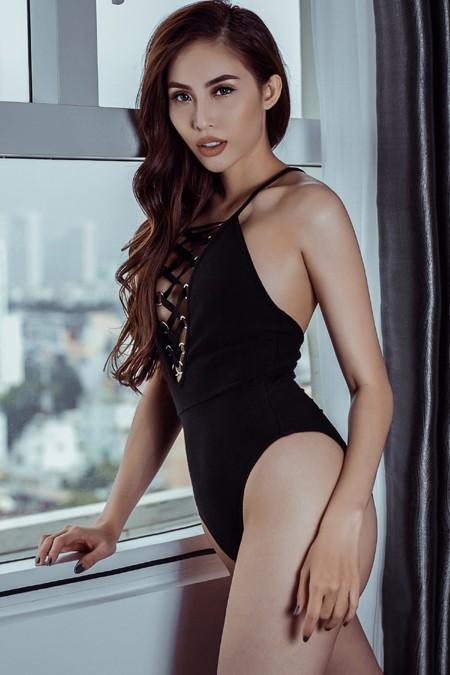 """Siêu mẫu Trương Hằng """"đóng đinh"""" trong mắt khán giả là hình ảnh nữ người mẫu nóng bỏng, không ngại khoe những đường cong cơ thể đầy táo bạo."""