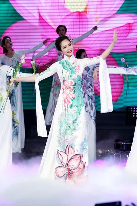 """Hoa hậu Áo dài biển Dương Kim Ánh trình diễn trong chương trình """"Đêm từ tâm"""""""
