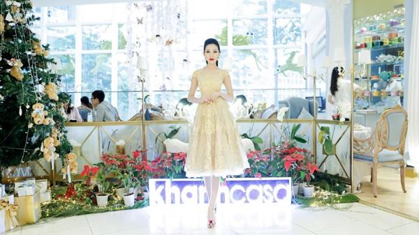 Hoa hậu Huỳnh Thúy Anh điệu đà xuống phố đón Giáng sinh ảnh 4